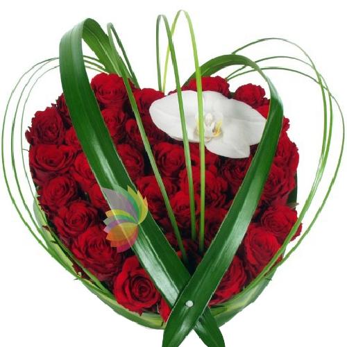 Bien-aimé Composizione a forma di cuore con rose rosse e un fiore di  MJ16